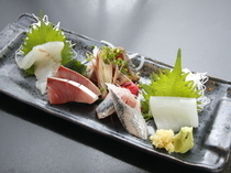 Seafood Izakaya Maru_Have your fill of fresh, seasonal fish with our sashimi sampler (5 pieces) *for 2+ people