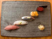Sushi Isono_Five pieces of seasonal nigiri sushi. This is fresh! You can really enjoy the tastes of the different seasons.
