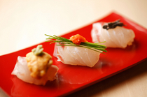 "Ginza Sushi Aoki_Enjoy the ""Three Variety Sushi Plate"" with salt kelp, sea urchin, and green onion buds."