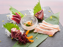 "Jimotoai Izakaya Tebasu Naraten_Enjoy fresh ""Yamato Nikudori (branded chicken from Nara)"", produced that morning, as tataki (lightly seared and rare) or sashimi."