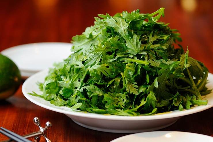 Crunchy chrysanthemum greens for a fresh sense of spring